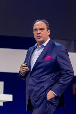 Hagen Rickmann (Telekom Deutschland GmbH) in blauem Anzug mit magenta Einstecktuch: die Farbe seiner Unternehmen