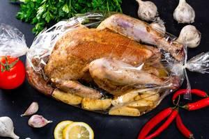 Hähnchen mit Gewürzen und Kartoffeln in der Backhülse
