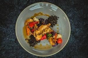 Hähnchen-Schenkel mit Pilzsauce und knackigem gebratenen Gemüse - Nahaufnahme in Draufsicht