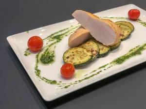 Hähnchenbrust mit gegrillter Zucchini im Hotel Roomz
