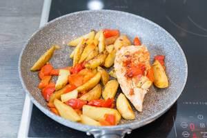 Hähnchenbrust mit Kartoffeln und Paprika in einer Pfanne