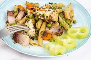 Hähnchenfleisch mit Speck, Gemüse und Nudeln
