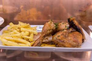 Hähnchenflügel mit Pommes Frites nach portugiesischer Art