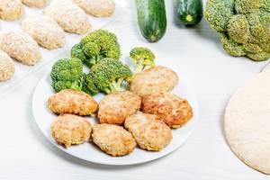 Hähnchenschnitzel mit frischem Brokkoli auf einem weißen Teller