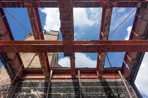 Hahnentorburg und freigelegtes Gerüst auf Baustelle im August 2017
