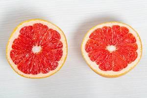 Halb in Scheiben geschnittene Grapefruit auf Holztisch in obene Aufnahme