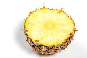 Halbes reife Unterteil einer Ananas auf weißem Hintergrund