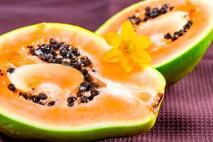 Halbierte, reife Papaya Frucht mit Kernen