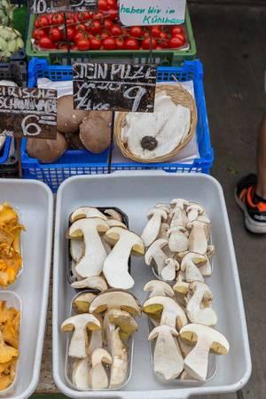 Halbierte Steinpilze an einem Gemüsestand am Naschmarkt