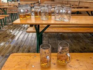 Halbleere Bierkrüge auf der Wiesn