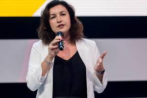 Halbnahaufnahme von deutscher Politikerin Dorothee Bär während ihres Impulsvortrags auf dem Digital X Event in Köln