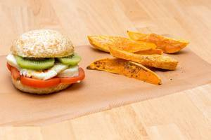 Halloumi-Burger mit Süßkartoffel-Wedges