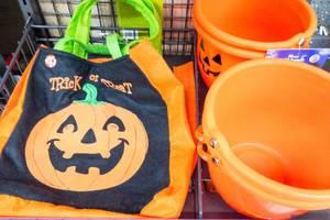 Halloween-Beutel und -Plastikeimer