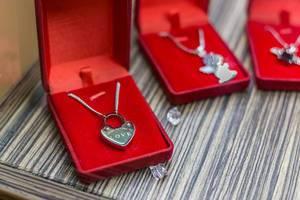 Halskette mit einem Herzen als Anhänger