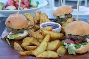 Hamburger, Bratkartoffeln und Ketchup