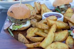 Hamburger und Bratkartoffeln im Aelia Restaurant Kassandra. Nahaufnahme