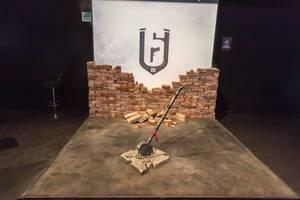 Hammer und zerschmetterter Stein am Messestand von Rainbow Six Siege