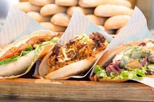 Hand gemachte, frisch gebackene Sandwiches - Pastrami, BBQ, Caesar