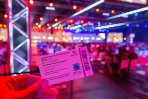 Hand hält das exklusives Event Arena Ticket der ESL Meisterschaft - Sommersaison, auf der Gamescom in Köln