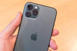 Hand hält das neue Apple iPhone 11 Pro in Space Grau mit 3 Kameras