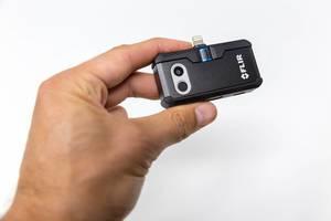 Hand hält die Wärmebildkamera FLIR ONE PRO LT für Android mit USB-C Anschluss, vor weißem Hintergrund