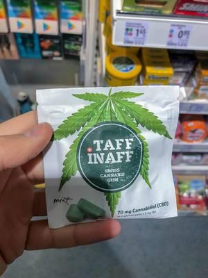 """Hand hält Kaugummipacking """"Taff Inaff Swiss Cannabis Gum"""" mit CBD Gehalt im Supermarkt"""