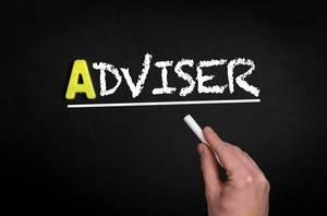 """Hand schreibt das Wort """"Adviser"""" - Berater - mit Kreide auf eine schwarze Tafel"""