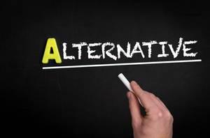 """Hand schreibt das Wort """"Alternative"""" mit Kreide auf eine schwarze Tafel"""