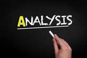 """Hand schreibt das Wort """"Analyse"""" mit Kreide auf eine schwarze Tafel"""