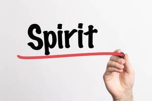 """Hand schreibt das Wort """"Geist"""" auf ein Whiteboard"""
