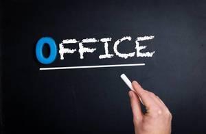 """Hand schreibt das Wort """"Office"""" - Büro - mit Kreide auf eine schwarze Tafel"""
