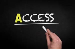 """Hand schreibt """"access"""" auf schwarze Tafel"""