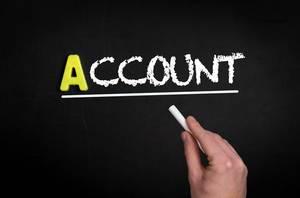 """Hand schreibt """"account"""" auf schwarze Tafel"""