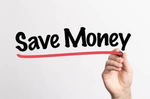 """Hand schreibt """"Geld sparen"""" auf ein Whiteboard"""