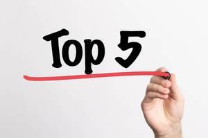 """Hand schreibt """"TOP 5 / die besten 5"""" auf ein Whiteboard"""