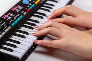 Hände der Frau, die Klavier spielt
