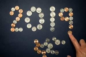 Hände formen die Zahl des Neujahrs 2019 aus Münzen
