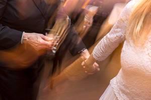 Hände halten beim Tanzen (Holding hands)