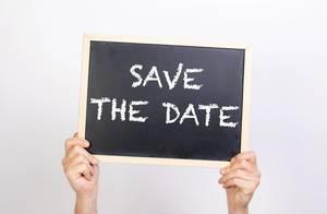 """Hände halten eine Kreidetafel hoch, mit dem Text """"Save The Date"""" - Halte die das Datum frei, merken Sie sich den Tag"""
