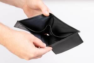 Hände zeigen ein leeres Portemonnaie