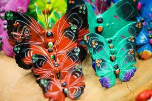 Handgefertigte, farbenfroh bemalte Schmetterlinge aus Ton