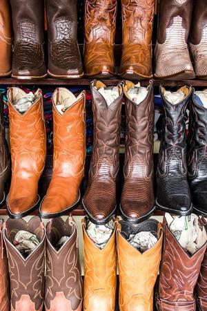 Handgemachte Lederstiefel an einem Stand auf dem Markt