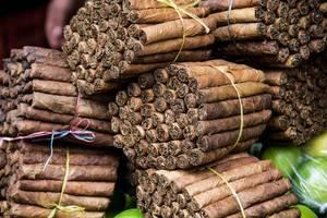 Handgemachte Zigarren im Bündel auf dem Markt