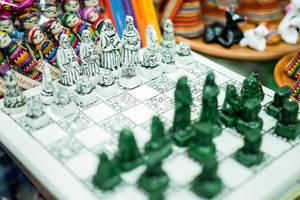 Handgemachtes Schachbrett aus Guatemala mit kunstvollen Schachfiguren und bemalten Schachfeldern