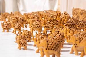 Handgeschnitzte Holztiere wie Elefanten und Dromedare als Souvenir aus Usbekistan