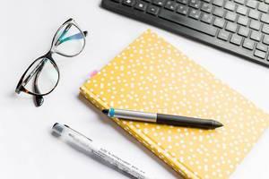 Handschriftliche Notizen oder digitales Tippen auf der Computertastaur