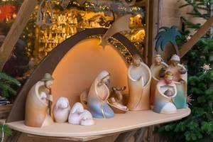 Handwerkskunst: Figuren für das Krippenspiel, mit heiligen drei Könige, Schäfer, Maria und Josef auf dem Weihnachtsmarkt