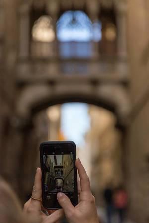 Handy-Urlaubsfoto der Brücke Pont Gòtic, die die Gebäude Palau de la Generalitat und Casa dels Canonges in Barcelona, Spanien, verbindet