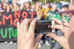 Handyfoto für Instagram von den Demonstranten beim Fridays for Future Klimaprotest in Köln am Hans-Böckler-Platz
