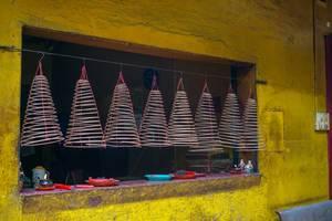 Hängende Weihrauchspiralen im On Lang Pagoda-Tempel in Saigon